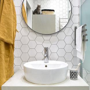 Идея дизайна: ванная комната в современном стиле с плоскими фасадами, светлыми деревянными фасадами, белой плиткой, душевой кабиной, настольной раковиной и белой столешницей