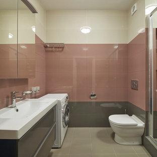 Immagine di una stanza da bagno con doccia design con piastrelle bianche, piastrelle rosa, piastrelle grigie, porta doccia scorrevole, ante lisce, ante grigie, doccia alcova, WC a due pezzi e lavabo integrato