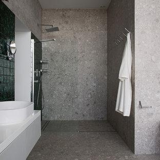 Diseño de cuarto de baño con ducha, contemporáneo, grande, sin sin inodoro, con armarios estilo shaker, puertas de armario grises, bañera con patas, urinario, baldosas y/o azulejos grises, baldosas y/o azulejos de terracota, paredes grises, suelo con mosaicos de baldosas, lavabo con pedestal, encimera de acrílico, suelo gris y ducha con puerta corredera