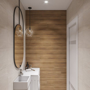 Свежая идея для дизайна: маленькая главная ванная комната в современном стиле с плоскими фасадами, фасадами цвета дерева среднего тона, полновстраиваемой ванной, угловым душем, инсталляцией, разноцветной плиткой, плиткой под дерево, разноцветными стенами, полом из керамической плитки, раковиной с пьедесталом, столешницей из дерева, белым полом, шторкой для ванной, коричневой столешницей, унитазом, тумбой под одну раковину, напольной тумбой и многоуровневым потолком - отличное фото интерьера