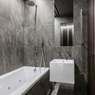 Идея дизайна: ванная комната в современном стиле с душем над ванной, серой плиткой, серыми стенами, подвесной раковиной, серым полом и открытым душем