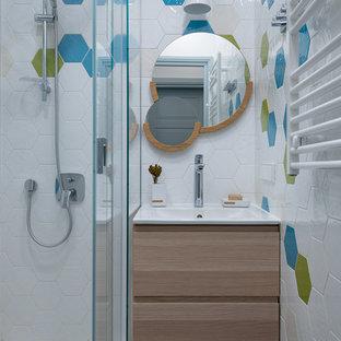 Ejemplo de cuarto de baño infantil, contemporáneo, con armarios con paneles lisos, puertas de armario beige, ducha esquinera, baldosas y/o azulejos blancos, baldosas y/o azulejos multicolor, lavabo integrado y suelo blanco