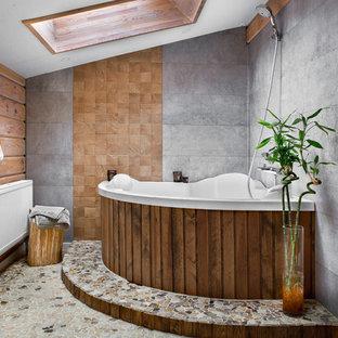 Пример оригинального дизайна: большая главная ванная комната в современном стиле с угловой ванной, серой плиткой, серым полом, душем над ванной, разноцветными стенами, открытым душем и полом из галечной плитки