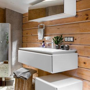 Идея дизайна: большая ванная комната в современном стиле с плоскими фасадами, белыми фасадами, коричневыми стенами, серым полом, бежевой плиткой, полом из галечной плитки и консольной раковиной