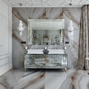 Пример оригинального дизайна: огромная ванная комната в стиле современная классика с бежевым полом и настольной раковиной