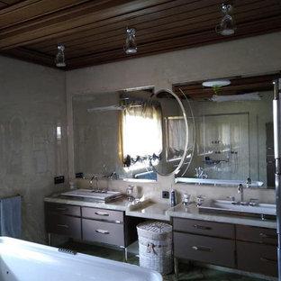 Bild på ett stort vintage grå grått en-suite badrum, med luckor med profilerade fronter, grå skåp, ett fristående badkar, beige kakel, marmorkakel, beige väggar, marmorgolv, ett undermonterad handfat, bänkskiva i onyx och grönt golv