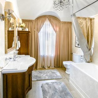 Стильный дизайн: главная ванная комната в стиле современная классика с бежевыми стенами, монолитной раковиной и бежевым полом - последний тренд