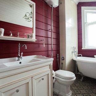 На фото: главные ванные комнаты в стиле кантри с фасадами с утопленной филенкой, белыми фасадами, ванной на ножках, душем над ванной, раздельным унитазом, красными стенами и монолитной раковиной