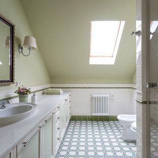 Imagen de cuarto de baño con ducha, tradicional renovado, con ducha empotrada, lavabo encastrado, armarios con paneles empotrados, puertas de armario verdes, bidé, paredes verdes, suelo verde y encimeras blancas