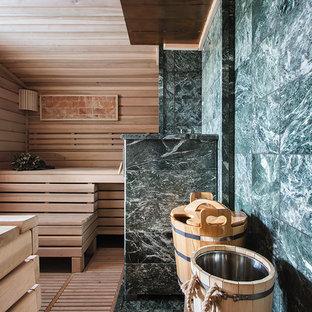 Свежая идея для дизайна: баня и сауна в современном стиле с зеленой плиткой, бежевыми стенами, светлым паркетным полом и бежевым полом - отличное фото интерьера