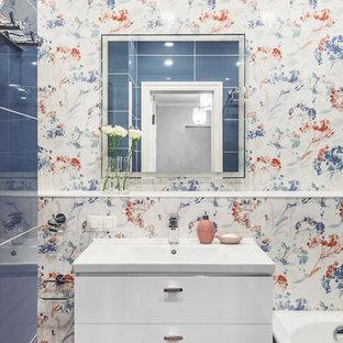 Пример оригинального дизайна: маленькая главная ванная комната в современном стиле с плоскими фасадами, белыми фасадами, ванной в нише, душем над ванной, синей плиткой, разноцветной плиткой, накладной раковиной и разноцветными стенами