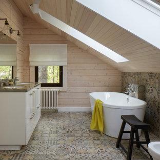 Идея дизайна: главная ванная комната в стиле кантри с плоскими фасадами, белыми фасадами, отдельно стоящей ванной, разноцветной плиткой, бежевыми стенами, врезной раковиной и разноцветным полом