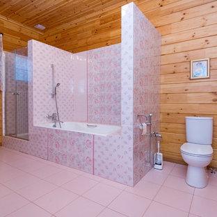 Idéer för att renovera ett stort vintage en-suite badrum, med ett badkar i en alkov, en dusch i en alkov, en toalettstol med separat cisternkåpa, rosa kakel, keramikplattor, gula väggar, klinkergolv i keramik, ett piedestal handfat, rosa golv och dusch med gångjärnsdörr