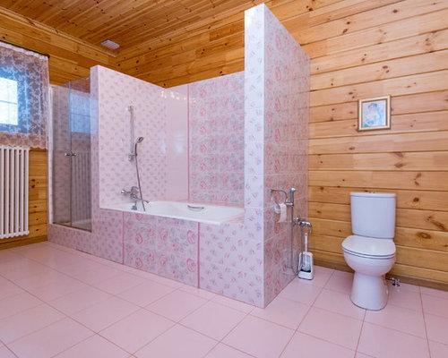 Bagno con piastrelle rosa e pareti gialle foto idee arredamento
