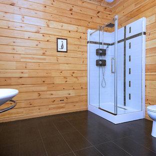 Großes Klassisches Badezimmer En Suite mit Badewanne in Nische, Duschnische, Wandtoilette mit Spülkasten, rosafarbenen Fliesen, Keramikfliesen, gelber Wandfarbe, Keramikboden, Sockelwaschbecken, rosa Boden und Falttür-Duschabtrennung in Moskau