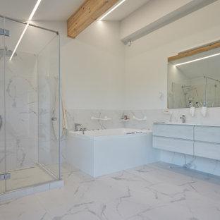 Свежая идея для дизайна: ванная комната в современном стиле с плоскими фасадами, серыми фасадами, угловой ванной, угловым душем, белой плиткой, белыми стенами и белым полом - отличное фото интерьера