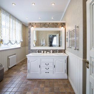 На фото: со средним бюджетом ванные комнаты среднего размера в классическом стиле с фасадами с выступающей филенкой, белыми фасадами, терракотовой плиткой, бежевыми стенами, полом из терракотовой плитки, душевой кабиной, коричневым полом, коричневой плиткой и накладной раковиной