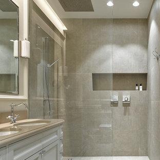 Создайте стильный интерьер: ванная комната в стиле современная классика с фасадами с утопленной филенкой, белыми фасадами, душем без бортиков, серой плиткой, душевой кабиной, врезной раковиной, серым полом и открытым душем - последний тренд