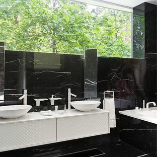 Новые идеи обустройства дома: главная ванная комната в современном стиле с белыми фасадами, черной плиткой, плиткой из листового камня, черными стенами, мраморным полом и настольной раковиной