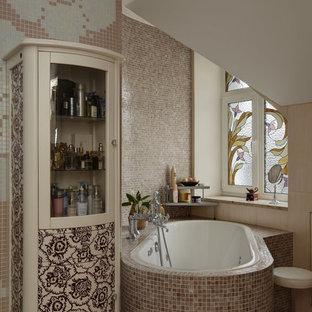 Esempio di una stanza da bagno padronale chic di medie dimensioni con vasca sottopiano, doccia ad angolo, WC a due pezzi, piastrelle rosa, piastrelle a mosaico, pareti rosa, pavimento con piastrelle in ceramica, lavabo a bacinella, pavimento rosa e porta doccia scorrevole