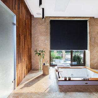 Foto de cuarto de baño principal, asiático, grande, sin sin inodoro, con jacuzzi, baldosas y/o azulejos beige, baldosas y/o azulejos de travertino, suelo de travertino, suelo beige y paredes beige