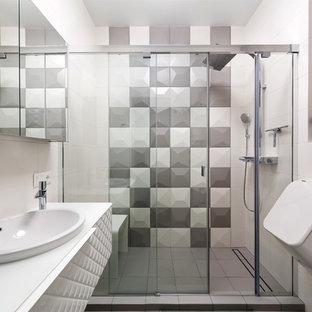 Пример оригинального дизайна: маленькая ванная комната с белыми фасадами, разноцветной плиткой, керамической плиткой, душевой кабиной, накладной раковиной, стеклянной столешницей, душем с раздвижными дверями, душем в нише и писсуаром