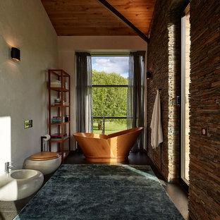 Свежая идея для дизайна: главная ванная комната среднего размера в современном стиле с инсталляцией, настольной раковиной и отдельно стоящей ванной - отличное фото интерьера