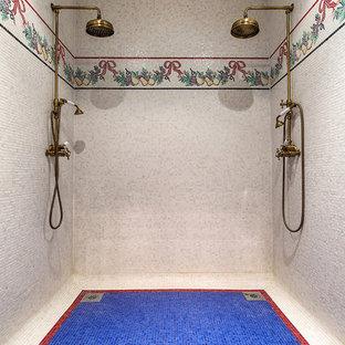 Новый формат декора квартиры: ванная комната в классическом стиле с двойным душем, синей плиткой, белой плиткой и плиткой мозаикой