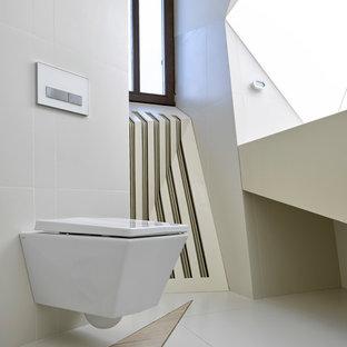 Пример оригинального дизайна: ванная комната в современном стиле с инсталляцией, серой плиткой и разноцветным полом