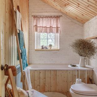 Идея дизайна: главная ванная комната в стиле кантри с ванной в нише, белой плиткой, белыми стенами, светлым паркетным полом, бежевым полом и раздельным унитазом