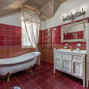 他の地域のトラディショナルスタイルのおしゃれなマスターバスルーム (落し込みパネル扉のキャビネット、白いキャビネット、猫足浴槽、赤いタイル、赤い壁、赤い床) の写真