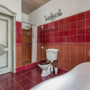 Klassisches Badezimmer En Suite mit roten Fliesen, roter Wandfarbe, Duschnische und Wandtoilette mit Spülkasten in Sonstige