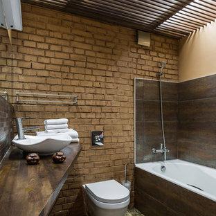 Стильный дизайн: главная ванная комната в стиле лофт с инсталляцией, коричневыми стенами, настольной раковиной и коричневой плиткой - последний тренд