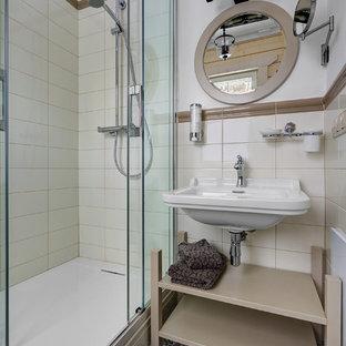 На фото: ванная комната в современном стиле с открытыми фасадами, угловым душем, белой плиткой, белыми стенами, душевой кабиной, подвесной раковиной, разноцветным полом и душем с раздвижными дверями с