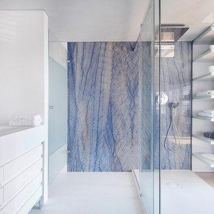 Modelo de cuarto de baño con ducha, contemporáneo, de tamaño medio, con ducha abierta, baldosas y/o azulejos azules, paredes azules, lavabo integrado y encimera de acrílico