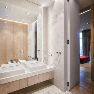 Идея дизайна: ванная комната среднего размера в современном стиле с плоскими фасадами, светлыми деревянными фасадами, белой плиткой, керамогранитной плиткой, полом из керамогранита, настольной раковиной, белым полом и белой столешницей