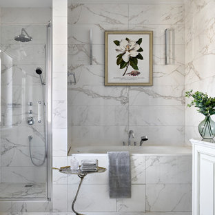 Неиссякаемый источник вдохновения для домашнего уюта: ванная комната в классическом стиле с ванной в нише, душем в нише, белой плиткой, мраморной плиткой, белыми стенами и белым полом