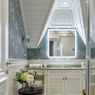 Ispirazione per una stanza da bagno tradizionale con ante a persiana, ante bianche, pareti multicolore, lavabo sottopiano, pavimento beige e top verde