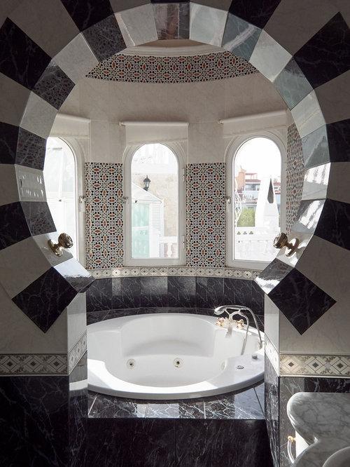 Mediterrane Badezimmer mit schwarz-weißen Fliesen Ideen ...