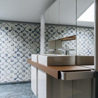 Свежая идея для дизайна: ванная комната в современном стиле с синими стенами, полом из керамогранита, настольной раковиной и синим полом - отличное фото интерьера