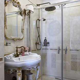 Стильный дизайн: ванная комната в классическом стиле с фасадами островного типа, белыми фасадами, душем без бортиков, бежевой плиткой, бежевыми стенами, душевой кабиной, консольной раковиной, бежевым полом и душем с раздвижными дверями - последний тренд