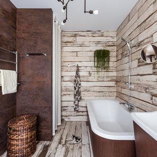 Неиссякаемый источник вдохновения для домашнего уюта: главная ванная комната в стиле рустика с плоскими фасадами, коричневой плиткой, монолитной раковиной, темными деревянными фасадами, накладной ванной, душем над ванной, разноцветными стенами, светлым паркетным полом, разноцветным полом и открытым душем