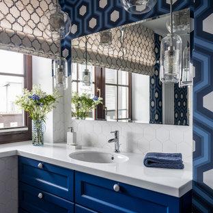 Неиссякаемый источник вдохновения для домашнего уюта: ванная комната в стиле современная классика с фасадами с утопленной филенкой, синими фасадами, синими стенами, врезной раковиной, белой столешницей и белой плиткой