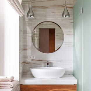 На фото: ванная комната среднего размера в современном стиле с плоскими фасадами, фасадами цвета дерева среднего тона, керамогранитной плиткой, полом из керамогранита, настольной раковиной, столешницей из искусственного кварца, бежевым полом, душем с распашными дверями, бежевой плиткой и душевой кабиной с