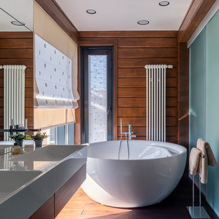 Пример оригинального дизайна интерьера: главная ванная комната в современном стиле с отдельно стоящей ванной, плоскими фасадами, фасадами цвета дерева среднего тона, коричневыми стенами, паркетным полом среднего тона, монолитной раковиной и коричневым полом