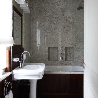 Новый формат декора квартиры: большая ванная комната в классическом стиле с полновстраиваемой ванной и раковиной с пьедесталом