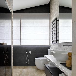 Свежая идея для дизайна: ванная комната в современном стиле с плоскими фасадами, серыми фасадами, душем в нише, настольной раковиной, бежевым полом и белой столешницей - отличное фото интерьера