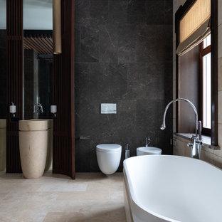 Идея дизайна: большая главная ванная комната в современном стиле с отдельно стоящей ванной, инсталляцией и бежевым полом