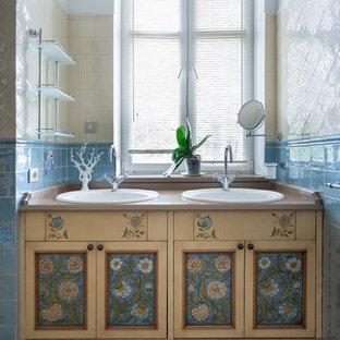 На фото: ванные комнаты в стиле кантри с фасадами с утопленной филенкой и бежевой столешницей