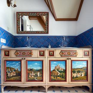 Стильный дизайн: ванная комната в викторианском стиле с фасадами с утопленной филенкой и накладной раковиной - последний тренд